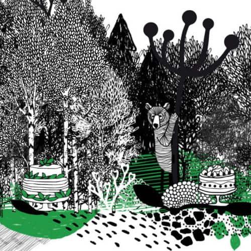 Mustavalkoinen satumainen Irina K designin piirtämä kuva, jossa metsää ja karhu.