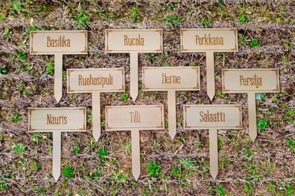 Kaikki vaihtoehdot kasvimaakylteille makaamassa kasvimaalla.