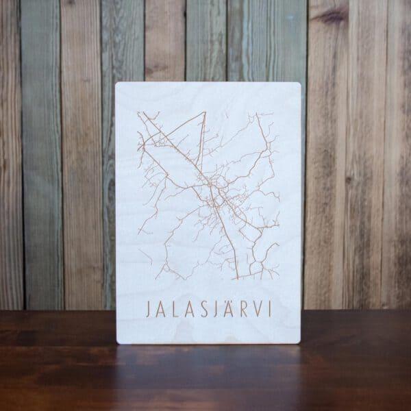 Jalasjärven kartta kaiverrettuna koivuvanerille taustallaan lautaseinä.