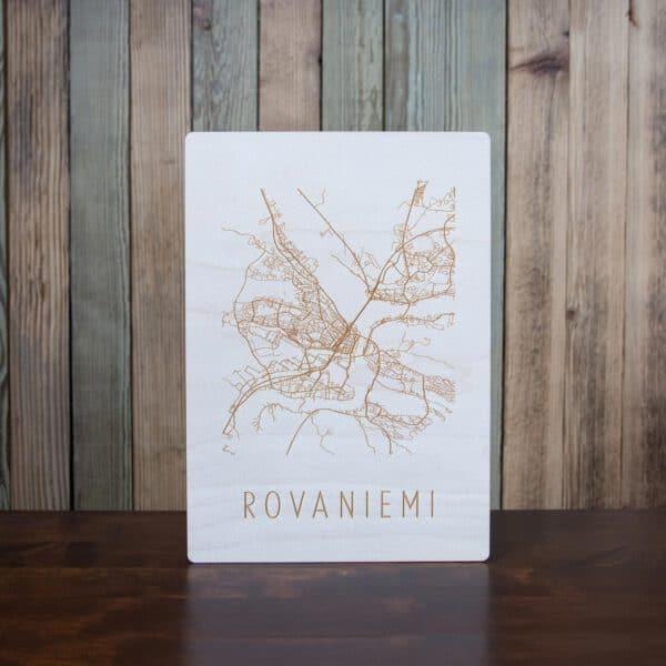 Rovaniemen kartta kaiverrettuna koivuvanerille taustallaan lautaseinä.